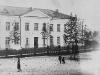 Школа №2 – первое кирпичное здание, построена в 1951 г., ул. Ленинградская, 10