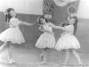 Танцуют девочки на фоне орденов ВЛКСМ