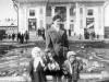 1 мая 1959 г. Воспитатель д/с №95 Анна Петровна Давыдова с детьми около здания кинотеарта им Горького. Фото из архива Анны Петровны Давыдовой. Памятник еще не установлен.