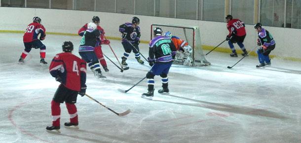 На ледовой арене СОК «Сияние севера» продолжаются матчи первенства Печоры по хоккею с шайбой